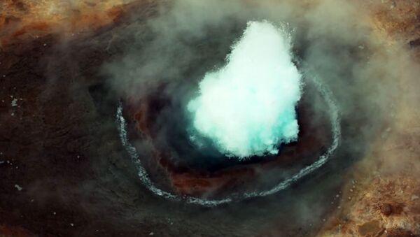 Moment wybuchu gejzera w Islandii uwieczniony na filmie - Sputnik Polska