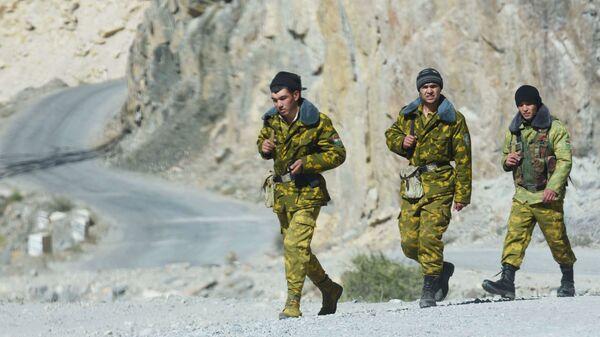 Funkcjonariusze Straży Granicznej na tadżycko-afgańskiej granicy - Sputnik Polska