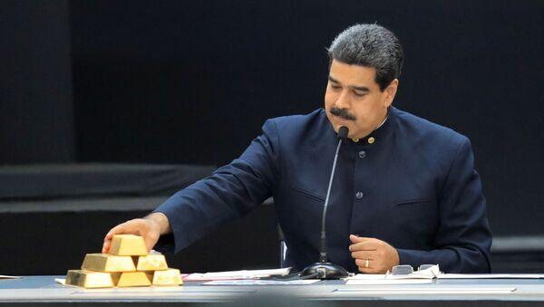 Prezydent Wenezueli Nicolas Maduro ze sztabkami złota - Sputnik Polska