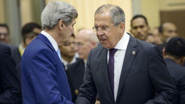 Minister spraw zagranicznych Rosji Siergiej Ławrow i sekretarz stanu USA John Kerry podczas spotkania w Singapurze - Sputnik Polska