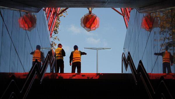 Pracownicy przy wyjściu ze stacji metra Rondo Daszyńskiego w Warszawie - Sputnik Polska