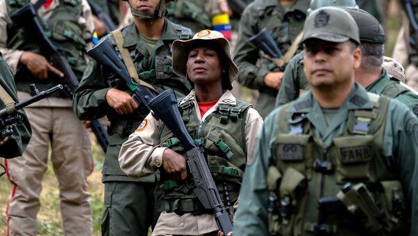 Wojskowi Wenezueli z bronią w Caracas - Sputnik Polska