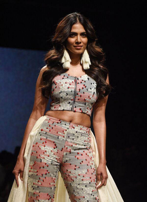 Indyjska aktorka Malavika Mohanan prezentuje kreację projektanta Ereena podczas India Fashion Week w Mumbaju - Sputnik Polska