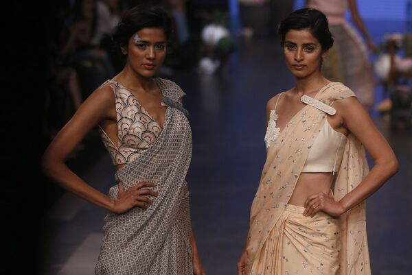Modelka prezentuje kreację projektanta Varuna Bahla podczas India Fashion Week w Mumbaju - Sputnik Polska