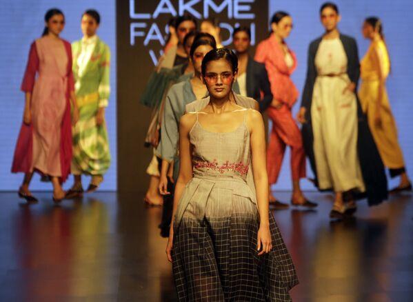 Modelka prezentuje kreację projektanta Tahweave'a podczas India Fashion Week w Mumbaju - Sputnik Polska