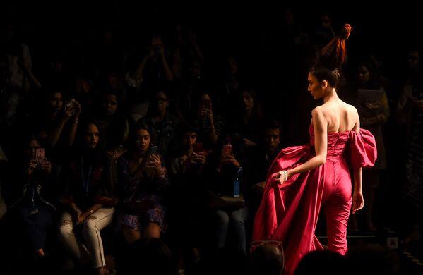 Modelka prezentuje kreację projektantów Gauri i Nainiki podczas India Fashion Week w Mumbaju - Sputnik Polska
