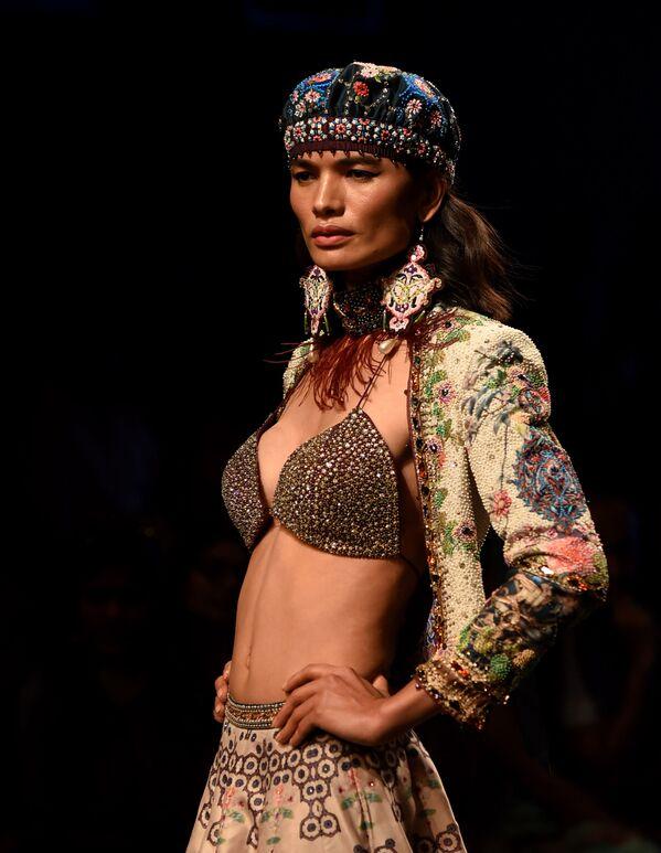 Modelka prezentuje kreację projektanta Rajdeepa Ranawata podczas India Fashion Week w Mumbaju - Sputnik Polska