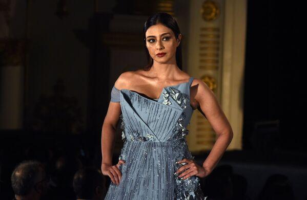 Indyjska aktorka Tabbu prezentuje kreację projektanta Gaurav Gupta podczas India Fashion Week w Mumbaju - Sputnik Polska