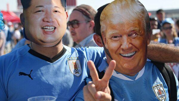 Kibice z twarzami Donalda Trumpa i Kim Dzong Una - Sputnik Polska