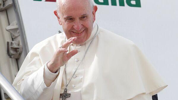 Papież Franciszek na trapie samolotu - Sputnik Polska