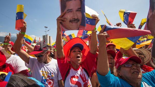 Uczestnicy podczas wiecu poparcia dla prezydenta Wenezueli Nicolasa Maduro w Caracas - Sputnik Polska
