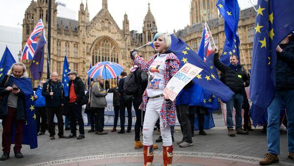 Uczestnicy protestu przeciwko Brexitowi pod brytyjskim parlamentem w Londynie - Sputnik Polska