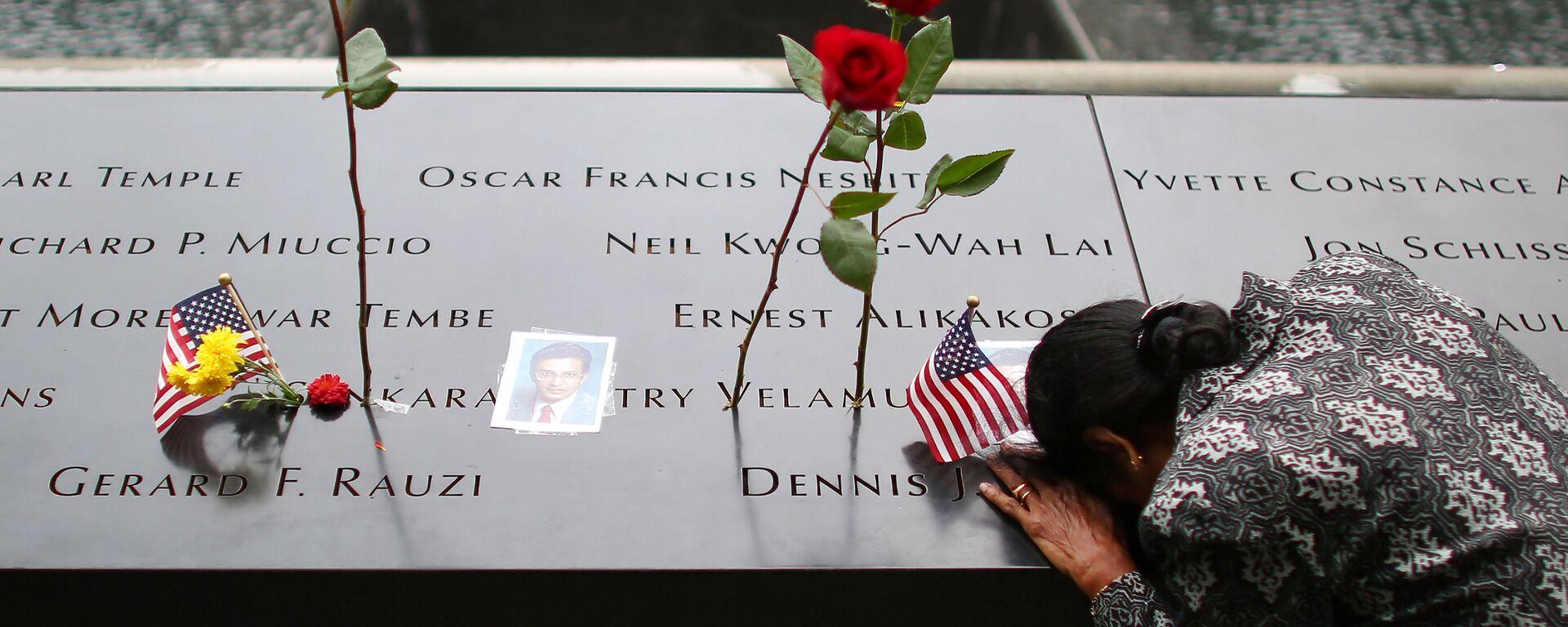 Kobieta przy pomniku ofiar ataku na WTC - Sputnik Polska, 1920, 11.09.2021