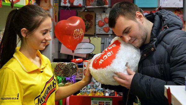 Rosjanin kupuje pluszowe serce - Sputnik Polska
