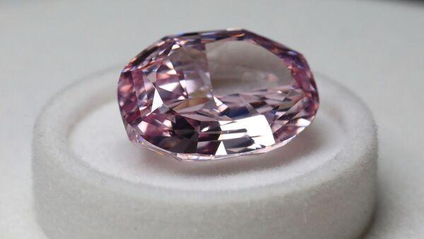 Różowy diament na pokazie firmy Alrosa - Sputnik Polska