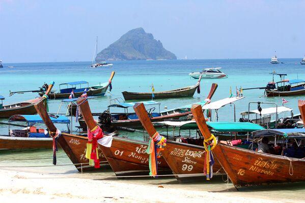 Łódki na brzegu wyspy Ko Phi Phi w Tajlandii - Sputnik Polska