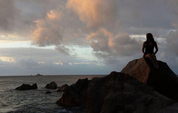 Dziewczyna na brzegu wyspy La Digue – w archipelagu Seszeli - Sputnik Polska