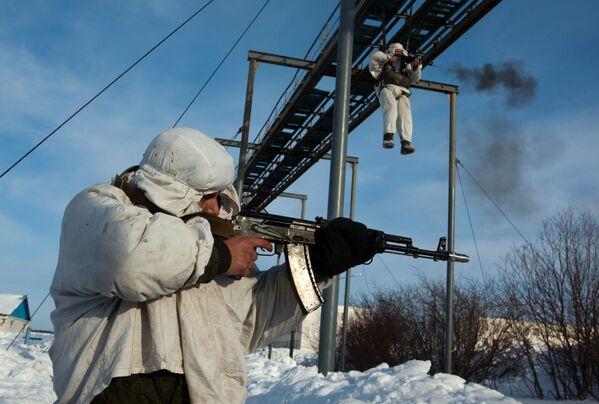Desantowcy ćwiczą skakanie ze spadochronem, 2011 r. - Sputnik Polska