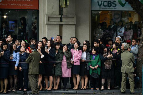 Ludzie oczekujący na konwój z Kim Dzong Unem w stolicy Wietnamu, mieście Hanoi - Sputnik Polska