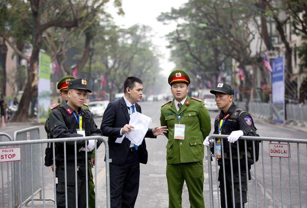 Ochrona przy hotelu, w którym zatrzyma się Kim Dzong Un - Sputnik Polska