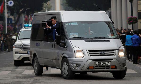 Operator nagrywa przejazd Kim Dzong Una w Wietnamie - Sputnik Polska