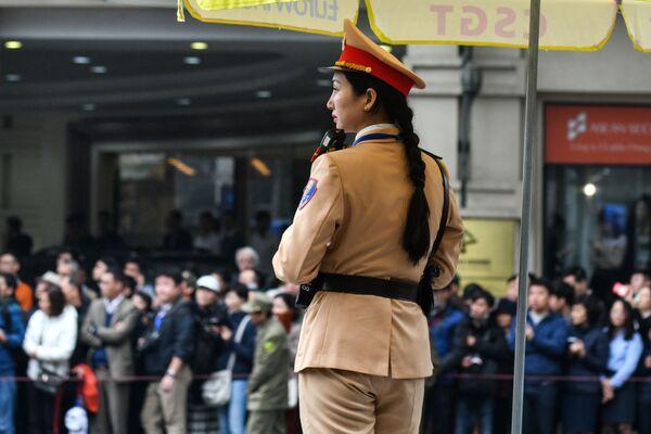 Wietnamska policjantka podczas przybycia Kim Dzong Una - Sputnik Polska