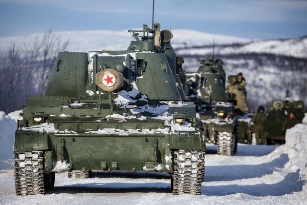 """Armatohaubica 2S3 """"Akacja"""" podczas ćwiczeń taktycznych oficerów wojsk lądowych i przybrzeżnych rosyjskiej Floty Północnej - Sputnik Polska"""