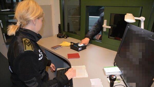 Kontrola w przejściu granicznym w Bezledach - Sputnik Polska